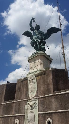 ממש על הטירה, למעלה, עומד לו הפסל הזה בגבורה